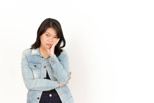 Langweilige geste der schönen asiatischen frau mit jeansjacke und schwarzem hemd isoliert auf weiss