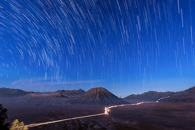 Langzeitbelichtung bild zeigt sternspuren über mt.bromo volcano, ost-java, indonesien