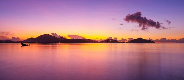 Langzeitbelichtung bunter sonnenuntergang oder sonnenaufgang über dem meer klarer himmel sonnenuntergang mit reflexionslicht auf der meeresoberfläche idyllische erstaunliche landschaft klimawandel schönheit in der natur.