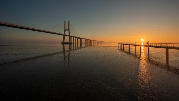 Langzeitbelichtung der vasco de gama-brücke lissabon portugal