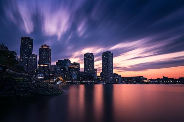 Langzeitbelichtung über boston bei sonnenuntergang