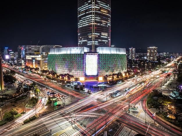 Langzeitbelichtung von seoul. stadtkreuzung mit turm nachts