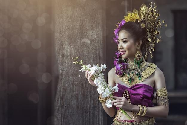 Lanna-kleid: thailändisches trachtenkleid, asiatische frau, die typisch trägt