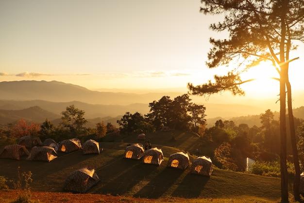 Lanscape mit dem campen sonnenuntergang