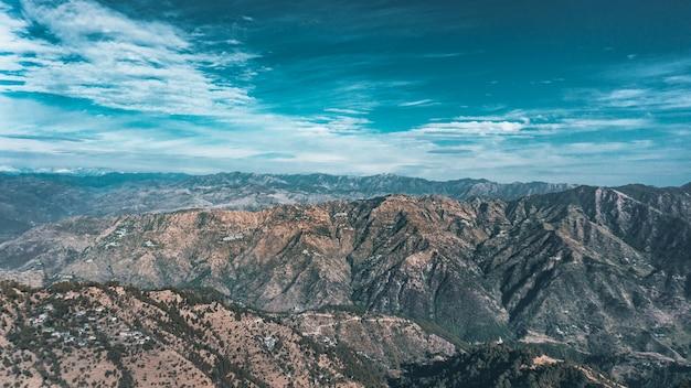 Lansdowne felsige berge unter bewölktem schönen himmel