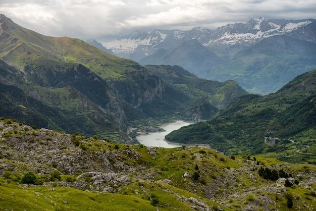 Lanuza reservoir im valle de tena, huesca, spanien