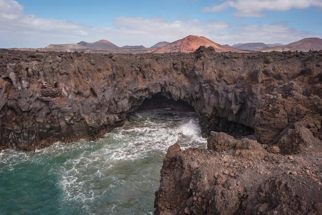 Lanzarote landschaft. küstenlinie, lavahöhlen, klippen und wellenförmiger ozean. Premium Fotos