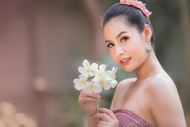 Lao-mädchen, gekleidet in traditioneller lao-kleidung schönes laos-mädchen im laos-kostüm