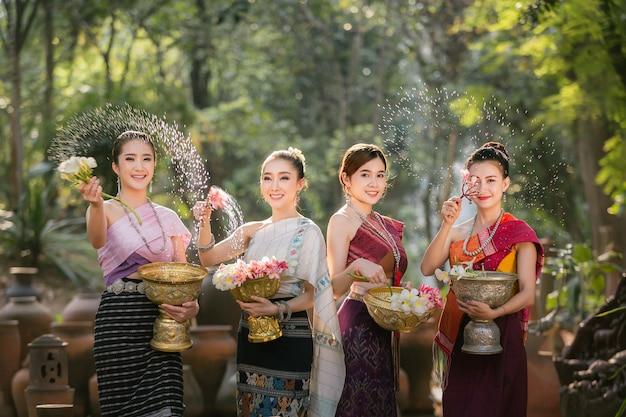 Laos-mädchen, die wasser während festival songkran-festivals spritzen