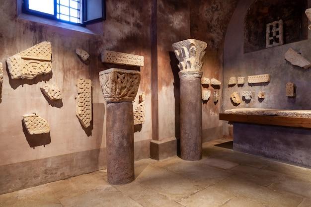 Lapidarium der kirche der heimsuchung der jungfrau maria in st. elizabeth, bale, valle