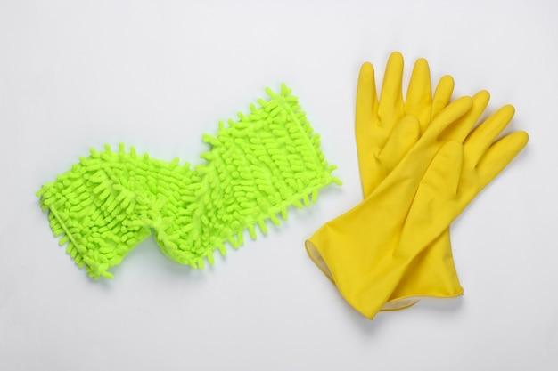 Lappen zum reinigen, handschuhe auf weißer oberfläche. draufsicht