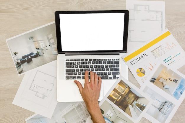Laptop auf architekturzeichenpapier für bauweiß