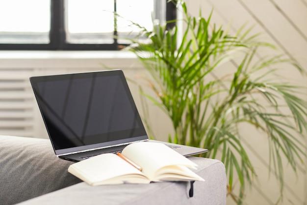 Laptop auf dem sofa