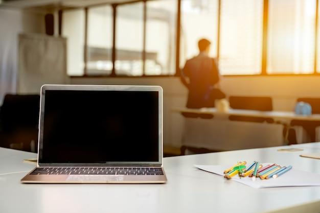 Laptop auf dem tisch im besprechungsraum. fintech und technologie