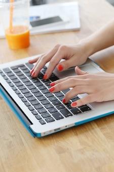 Laptop auf dem tisch