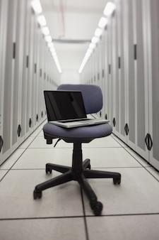 Laptop auf einem stuhl in der halle