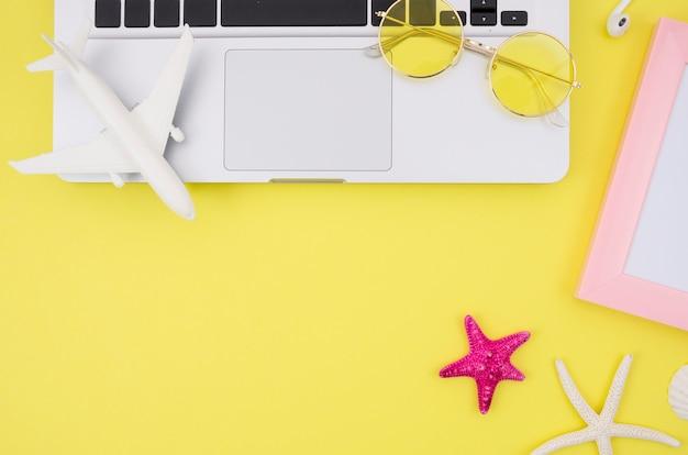 Laptop auf gelbem hintergrund mit kopienraum