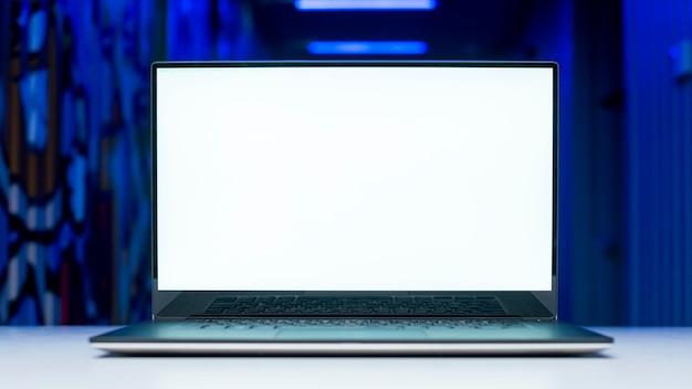 Laptop-bildschirm-vorlage mit hacking-konzept
