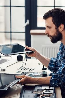 Laptop-bildschirmwechsel in reparaturwerkstatt