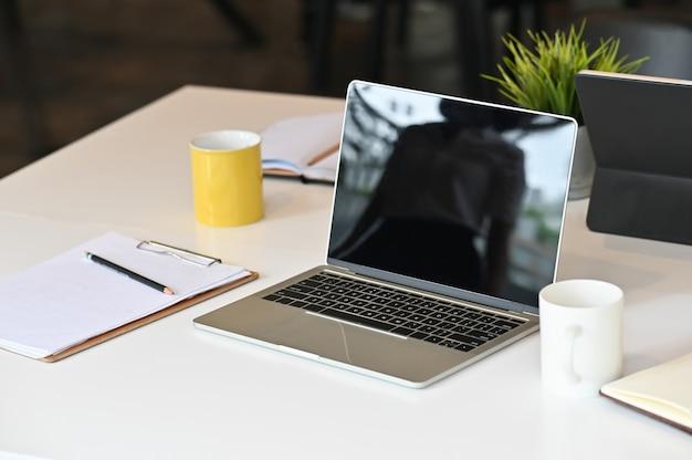 Laptop-computer am konferenztisch im tagungsraum.