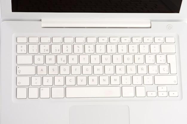 Laptop-computer angesehen von über einem über weißem hintergrund