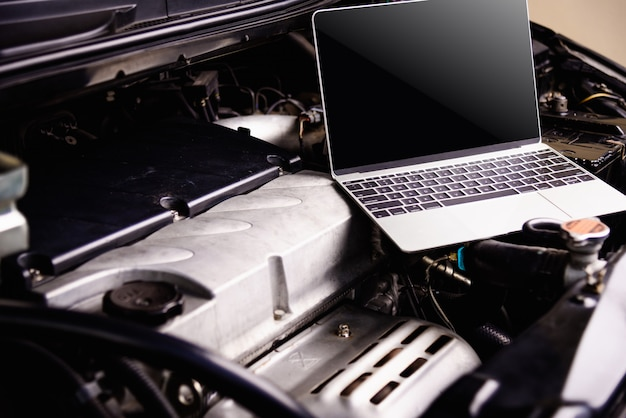 Laptop-computer auf automechanikermotor für service