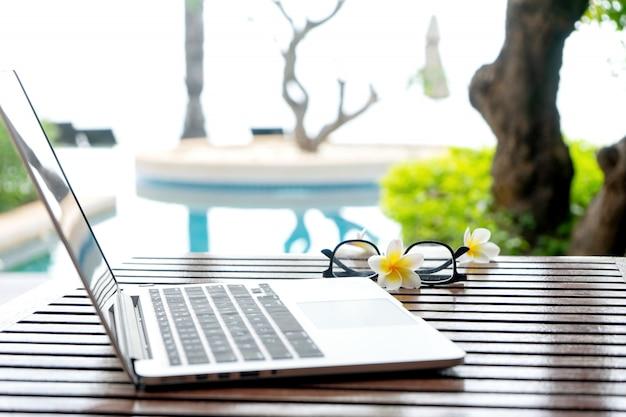 Laptop-computer auf der hölzernen tabelle