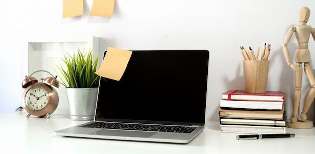 Laptop-computer auf tabelle im büroarbeitsplatz.
