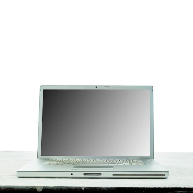 Laptop-computer auf weißem hölzernen texturhintergrund. work from home-konzept.