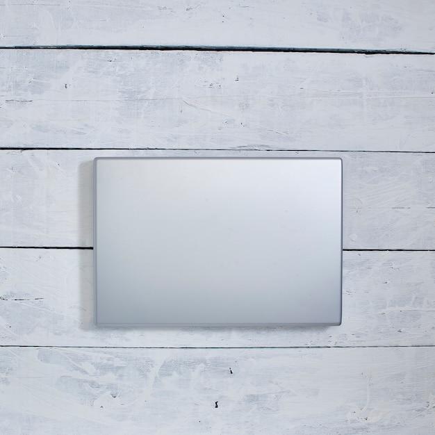 Laptop-computer auf weißem holz