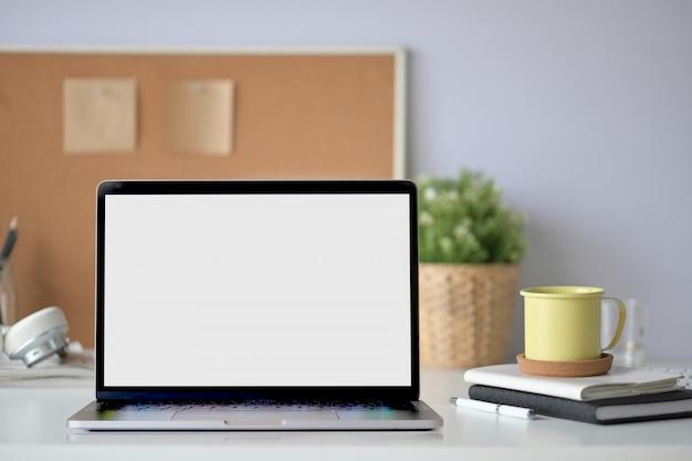 Laptop-computer des leeren bildschirms auf arbeitsplatz
