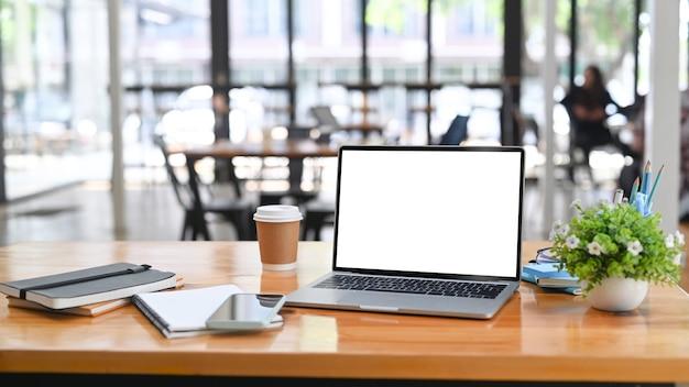 Laptop-computer, dokument, notizbuch und kaffeetasse auf holztisch.