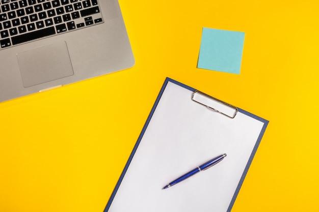 Laptop-computer, leere zwischenablage und haftnotiz, draufsicht