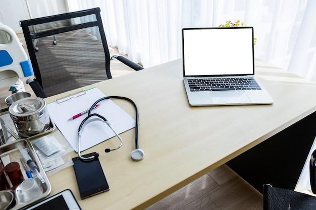 Laptop-computer mit einem leeren weißen bildschirm mit stethoskop
