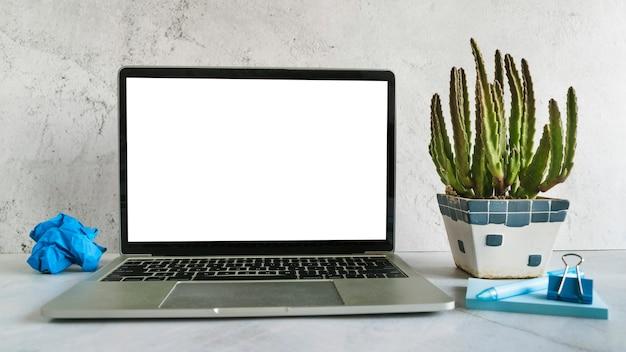 Laptop-computer mit geöffnetem deckel auf schreibtisch
