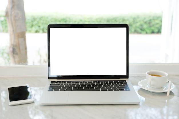 Laptop-computer mit leerem bildschirm für schein herauf schablonenhintergrund