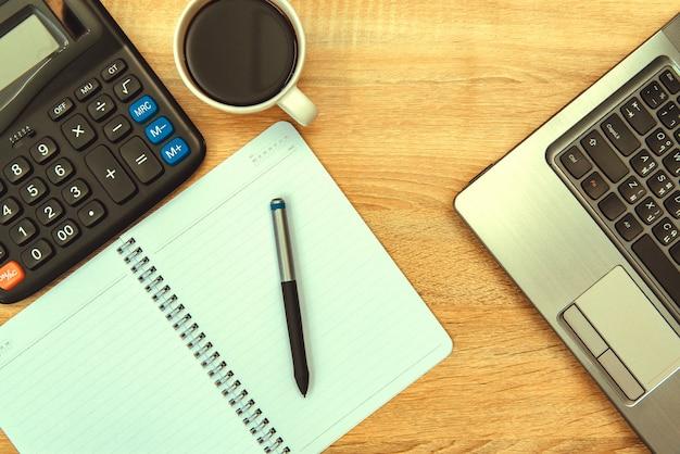 Laptop-computer oder notebook, taschenrechner und tasse kaffee