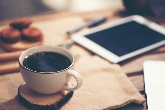 Laptop-computer, telefon und kaffee im garten - freiberuflich tätiges oder fernarbeitskonzept