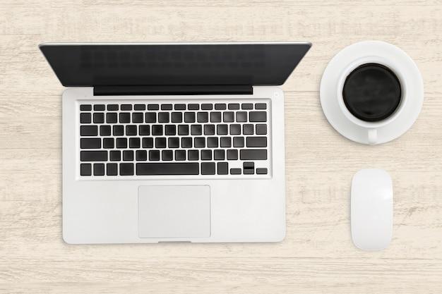 Laptop-computer und ein tasse kaffee auf holz. draufsicht betriebswirtschaftlicher hintergrund.