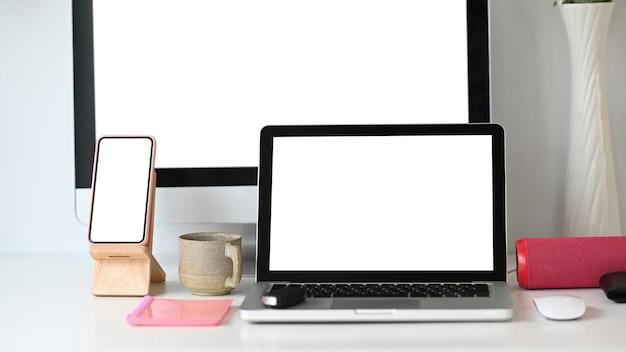 Laptop-computer und smartphone am fotografenarbeitsplatz.