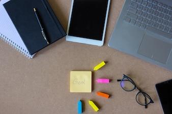 Laptop der Draufsicht auf Schreibtisch. Arbeitsraum Konzept