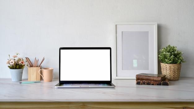 Laptop des bloggersarbeitsplatzleeren bildschirms, plakatrahmenmodell mit kopienraum
