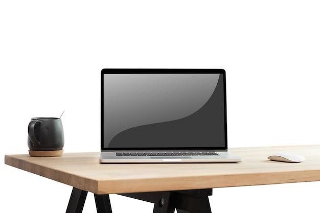Laptop des leeren bildschirms auf hölzernem schreibtisch auf weißem hintergrund