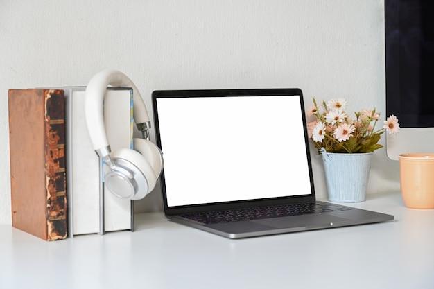 Laptop des leeren bildschirms des schreibtischs auf schreibtischarbeit