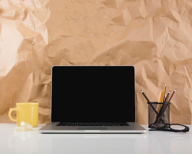 Laptop gegen beschaffenheit des braunen papiers