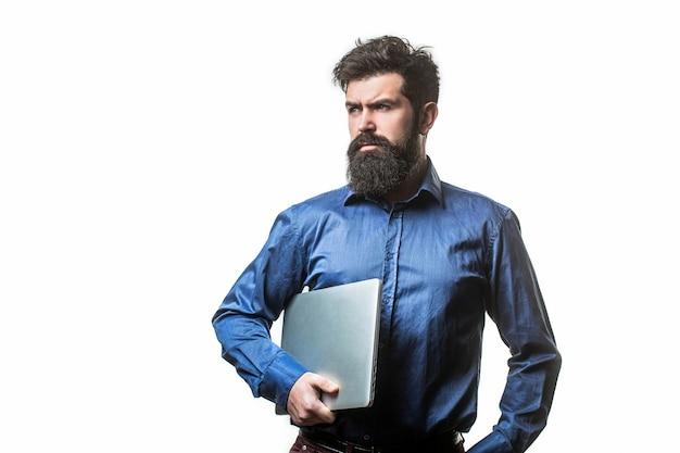 Laptop halten. ernster hübscher bärtiger mannarbeiter-laptop.