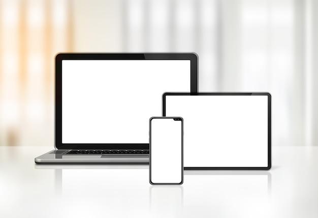 Laptop, handy und digitaler tablet-pc auf schreibtischinnenraum