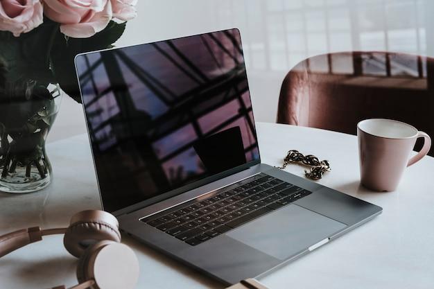 Laptop in der flughafenlounge