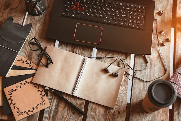 Laptop ist eine mischung aus büromaterial und geräten an der wand