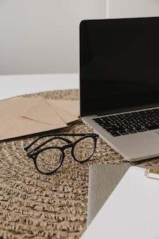 Laptop, klemmbrett, umschlag auf rattan